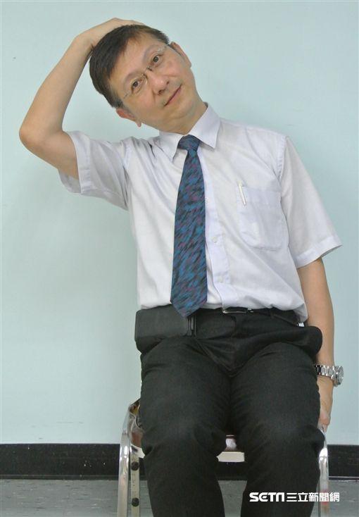醫師武俊傑示範頸部肌肉伸展,改善肩頸痠痛。(圖/台北市立聯合醫院提供)