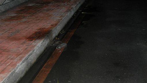 黃姓男大生躺在人行道上,卻遭曳引車輾過當場死亡。(圖/番社畫慢)