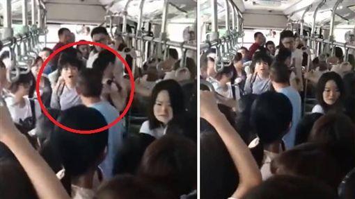 大陸廣州一名女乘客日前搭公車時,遭一名痴漢襲臀,她大聲喝斥對方行為,沒想到竟被嗆「摸妳是妳的幸福」。車內乘客聽到後相當生氣,立刻報警處理。目前該名男子已被警方帶回警局。(圖/翻攝自騰訊視頻)