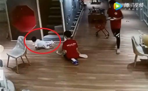 大陸福州一名媽媽帶兒子到親子餐廳吃飯時,她的兒子一直在店內摔壞玩具,店員無奈告知男童母親,結果男童媽媽暴怒,當場脫下孩子的尿布擦拭餐廳櫃台的電腦鍵盤。事後男童的爸爸得知後表示「我也不敢惹!」(圖/翻攝自騰訊視頻)