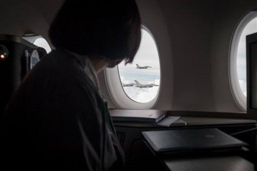 蔡英文總統12下午啟動「同慶之旅」,4架F16伴飛。(圖/翻攝臉書)
