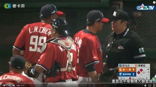 ▲投手教練郭勇志上前頂撞主審,遭驅逐出場。(圖/取自CPBL TV比賽畫面)