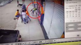 校車爆胎…輪胎鋼圈成「血滴子」 清潔婦遭爆頭彈飛慘死,圖/翻攝自YouTube