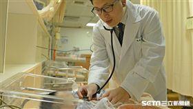 醫師魏希賢說,新生兒卵巢囊腫不常見,大多在第三孕期時被診斷出來,是一種良性疾病。(圖/台北慈濟醫院提供)