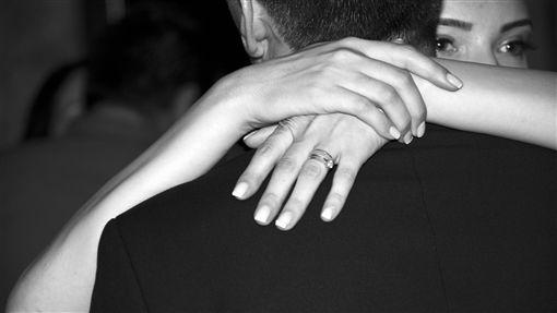 情侶,出軌,戀愛,愛情,感情,擁抱,劈腿,外遇(示意圖/Pixabay)