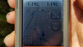 警消帶著GPS儀器上山,迅速找到葉男。(圖/翻攝畫面)