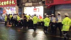 上海黃浦區商店招牌掉落,目前已經砸死3人。(圖/翻攝央視新聞)