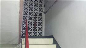 深夜返家 公寓樓梯間飄「透明鬼影」!她嚇傻腿都軟了 圖/翻攝自爆廢公社臉書