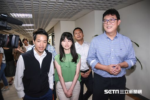 民進黨台北市長參選人姚文智前往市議會與議員高嘉瑜破冰。 (圖/記者林敬旻攝)