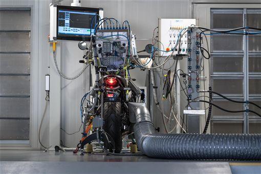AKRAPOVIC測試機器人。(圖/翻攝AKRAPOVIC網站)