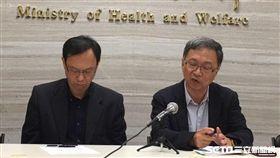 衛生福利部次長薛瑞元(右二)今(13)日下午4時許說明台北醫院護理之家發生火災傷患處置情形。(圖/記者楊晴雯攝)
