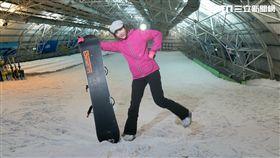 主持人Dash首次挑戰單板滑雪。 教練細心指導Dash如何操作單板。 雖然教練說要練假摔,Dash卻從頭摔到尾。 在多次的練習之下,Dash終於完成單板滑雪。