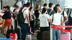 買錯機票遭拒登機 阻止飛機起飛…大媽吼「飛機有炸彈」 圖/翻攝自央視、澎湃新聞