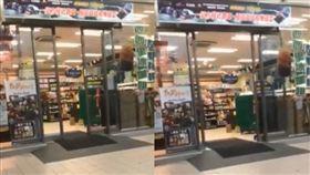 超商自動門開開關關一小時,店員也嚇壞。(圖/翻攝黑色豪門企業臉書)