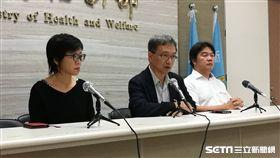 衛生福利部常務次長薛瑞元(中)說明台北醫院大火最新傷患後續情形。(圖/記者楊晴雯攝)
