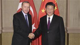 港媒:中國有可能援助土耳其 恐刺激美國南華早報14日報導,中國大陸有可能向陷入貨幣危機的土耳其提供援助,但這種援助屬政治性質,並非經濟考慮,而且勢必進一步刺激美國。圖為7月26日,中國國家主席習近平在南非約翰尼斯堡會見土耳其總統艾爾段。(中新社報導)中央社  107年8月14日