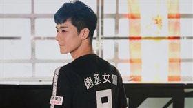 香港新一代男神余德丞踢球暈倒。(圖/翻攝自余德丞IG)