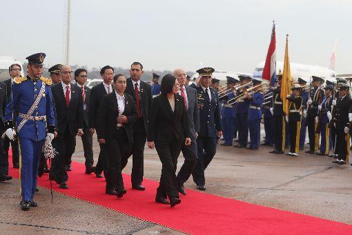 蔡總統專機抵巴拉圭(2)總統蔡英文(前中)12日起展開同慶之旅,出訪友邦巴拉圭和貝里斯,14日總統專機飛抵巴拉圭亞松森市,蔡總統接受巴拉圭禮兵致敬歡迎。中央社記者裴禛亞松森攝 107年8月14日