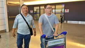 遭河馬攻擊 團員歷劫歸來(1)台灣旅行團在非洲肯亞遭河馬攻擊,其中23名團員在14日下午返台,歷劫餘生的團員吳鵬德(左)一回到台灣,兒女立刻前往機場接機,欣喜之情全寫在臉上。中央社記者吳睿騏桃園機場攝 107年8月14日