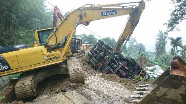 預拌混凝土車翻落邊坡 司機一度受困