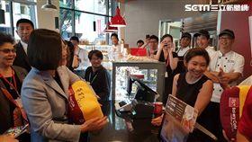 蔡英文出訪過境洛杉磯,途中購買85°C咖啡 85度C 圖/翻攝自蔡適應臉書