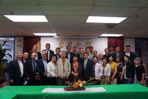 總統府秘書長陳菊在舊金山時間14日下午前往北加州會館關心僑胞並與僑胞會談,更在晚間與近200位僑胞餐會發表演說。(圖/總統府提供)