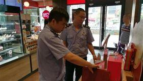 ▲福建南安官員對85°C展開食安檢查。(圖/翻攝自微博)