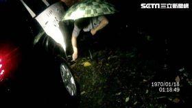 中埔警方山上救淋雨老翁警車還爆胎/翻攝