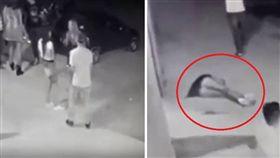 巴西日帕拉納一名24歲女子坎波斯(Eliana Ferreira Campos),日前舉辦生日派對時,邀請一名有黑幫背景的朋友參加。派對進行到一半,她與朋友們就到屋外抽菸聊天,沒想到慘遭黑幫分子上報仇槍殺,無辜死亡。目前警方已逮捕到涉槍殺的3名嫌犯,持續偵辦中。(圖/翻攝自YouTube)