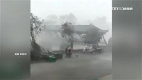 狂風暴雨來襲 網購廊橋倒塌只剩橋面