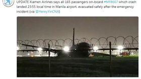 廈門航空一架編號MF8667、從廈門飛往馬尼拉的客機,昨(16)日晚間11時55分準備降落菲律賓馬尼拉時衝出跑道(圖/翻攝自推特@airlivenet)