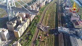 義大利北部大城熱那亞的「莫蘭迪大橋」(Ponte Morandi)崩塌成斷橋。(圖/翻攝自Ufficio Stampa Vigili del Fuoco義大利消防署)
