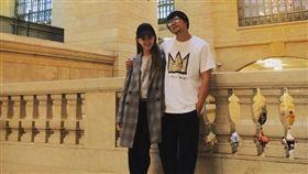周杰倫在IG上摟著老婆昆凌祝七夕情人節快樂。(圖/翻攝自周杰倫IG)