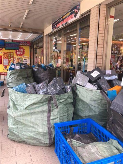 超商包裹堆5太空袋!網:店員哭暈在廁所