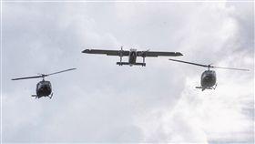 蔡總統抵貝里斯 直升機飛越軍禮現場總統蔡英文「同慶之旅」在當地時間16日下午抵達貝里斯,貝里斯總督楊可為(Colville Young)到機場接機,並以隆重軍禮歡迎,空中有2架直升機與1架飛機飛越軍禮現場,相當罕見。中央社記者裴禛貝里斯攝 107年8月17日