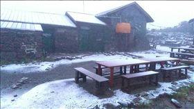 44年來最早!北海道降8月初雪 日本網友驚呆了 圖/翻攝自大雪山層雲峡黒岳ロープウェイ推特