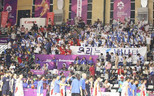 亞運女籃 南北韓加油團(2)2018年亞洲運動會在印尼的雅加達、巨港進行,今年是南、北韓在亞運首次聯合組隊參賽。17日女籃比賽現場,南、北韓也動用大規模加油團,穿著相同的應援T恤在場邊大聲為球員加油助威。中央社記者張新偉雅加達攝 107年8月17日