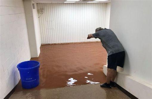 午後大雷雨讓天母棒球場鬧水災。(圖/翻攝自兄弟Fans Club臉書)