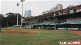 ▲GBK棒球場燈柱過低。(圖/記者蕭保祥攝)