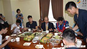 ▲廚師吳信緯準備蘇丹公寓選手村台灣味。(圖/記者王怡翔攝)