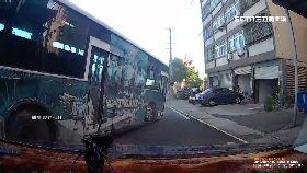 D公車衝分隔1700