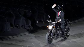 ▲印尼總統佐科威(Joko Widodo)在亞運開幕被喬裝騎重機進場。(圖/美聯社/達志影像)