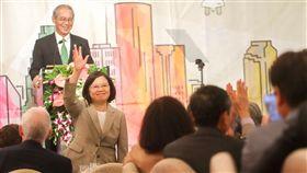 總統訪休士頓 謝僑胞支持(1)總統蔡英文(前左)當地時間18日結束貝里斯出訪行程,抵達美國休士頓過境,晚間出席僑宴,向在場僑胞揮手致意。中央社記者裴禛休士頓攝 107年8月19日