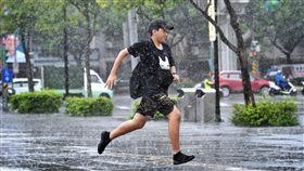 北市午後大雨(1)中央氣象局18日表示,因西南風及對流雲系發展旺盛,易有短時強降雨,提醒民眾外出應備雨具。台北市午後下起大雨,街頭一名媽媽抱著小孩撐傘走在雨中。中央社記者王飛華攝 107年8月18日