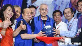 國民黨主席吳敦義於國民黨全代會拍賣簽名球。 (圖/記者林敬旻攝)