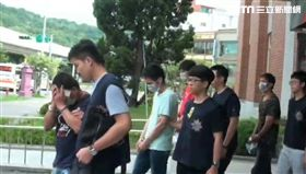 警方率隊前往龍江路民宅搜索,當場逮獲8名毒趴男女,全案訊後依毒品罪送辦(翻攝畫面)