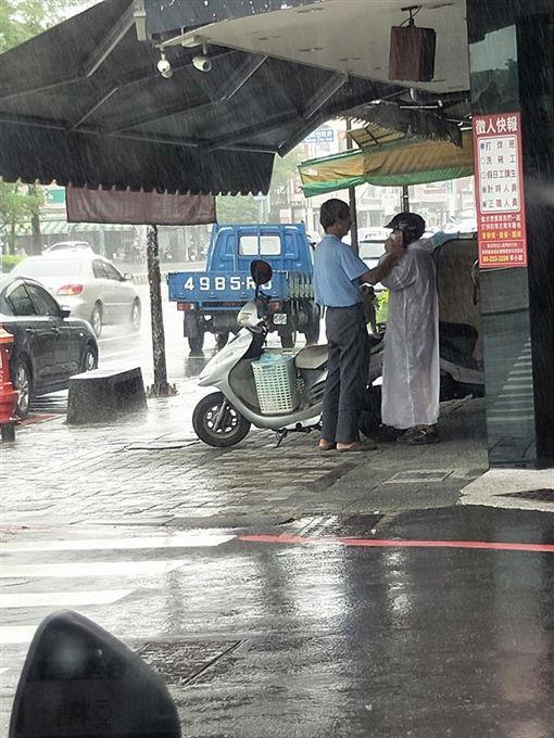 夫妻,雨衣,下雨,歪樓,老伴(圖/翻攝自爆廢公社)