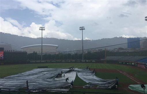 天母棒球場遮雨的大帆布3度被攤開。(圖/翻攝自兄弟Fans Club 臉書)