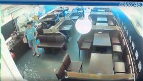不滿排餐醬汁噴濺 男客摔餐砸店(圖/翻攝自臉書「黑色豪門企業」)