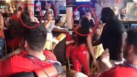 女客人拍了酒保一下屁股,結果反被打爆。(圖/翻攝推特)